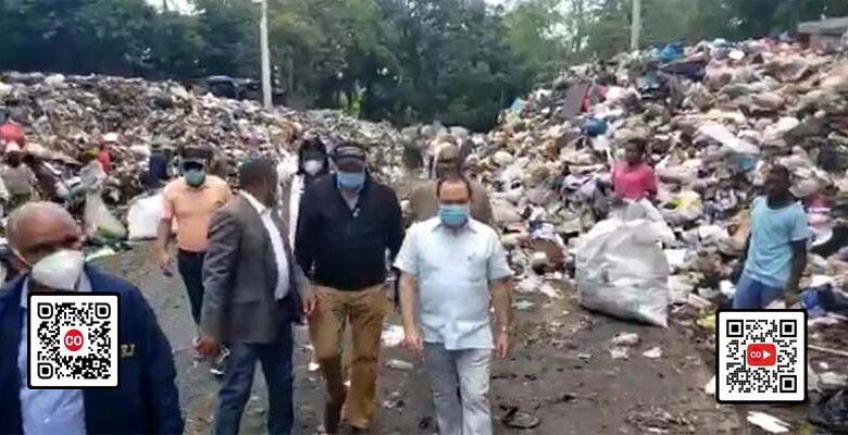 Regidores de Santo Domingo Este caminan entre la basura que planean llevar a San Luis, El Tamarindo y Villa Liberación