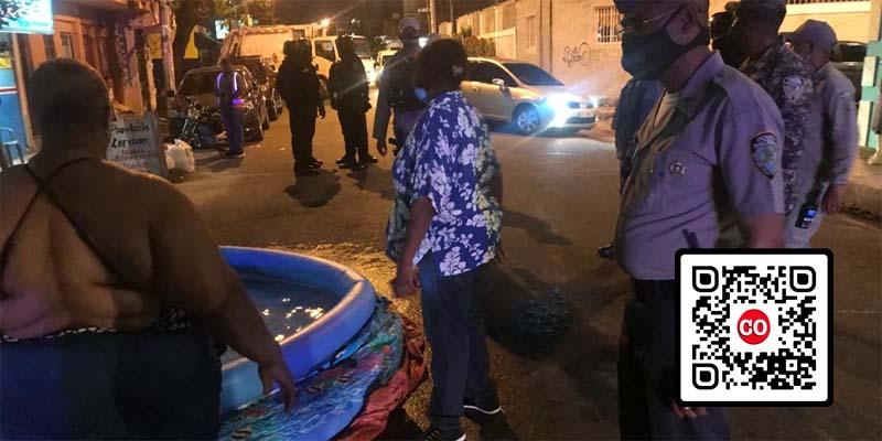 La policía interviene dejar libre una calle de Los Mina, que había sido bloqueada con vehículos y una piscina