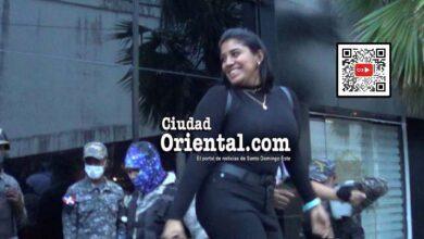 """Una de las mujeres arrestadas durante el teteo en """"La Santa"""" sube a un transporte policial"""