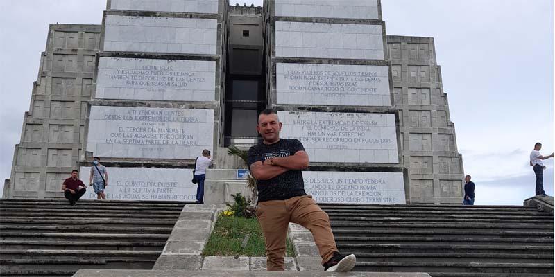 En la parte frontal del Faro a Colón