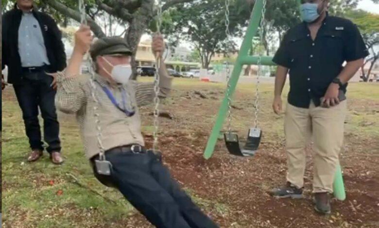 Manuel Jiménez se balancea en un columpio