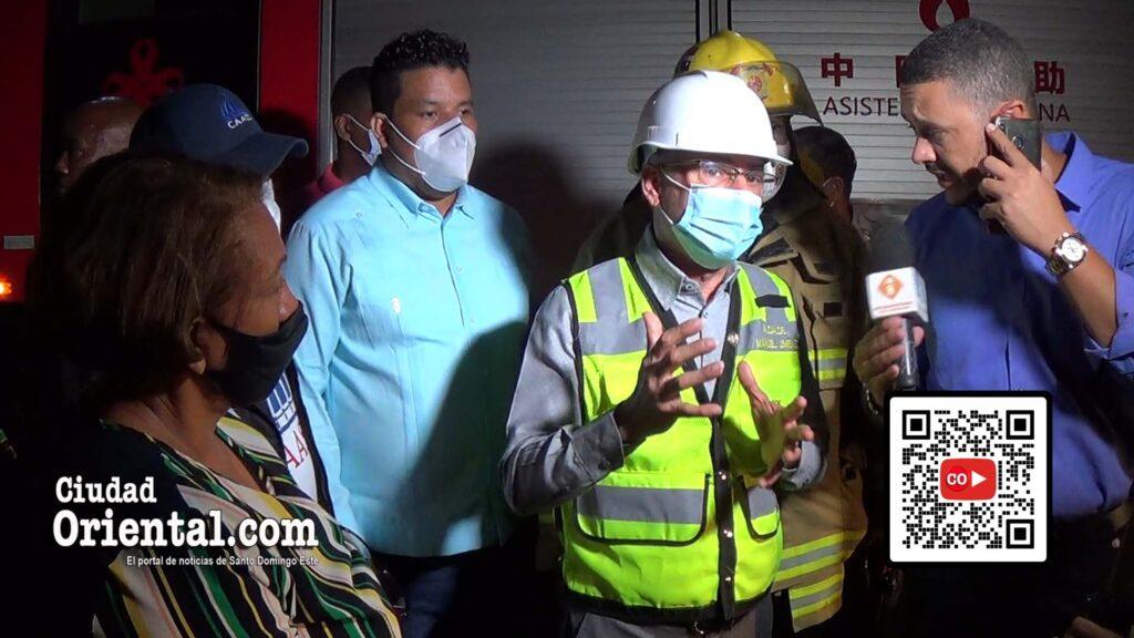 Cuando ya el fuego estaba extinguido, llegó el alcalde Manuel Jiménez para posar para las cámaras.