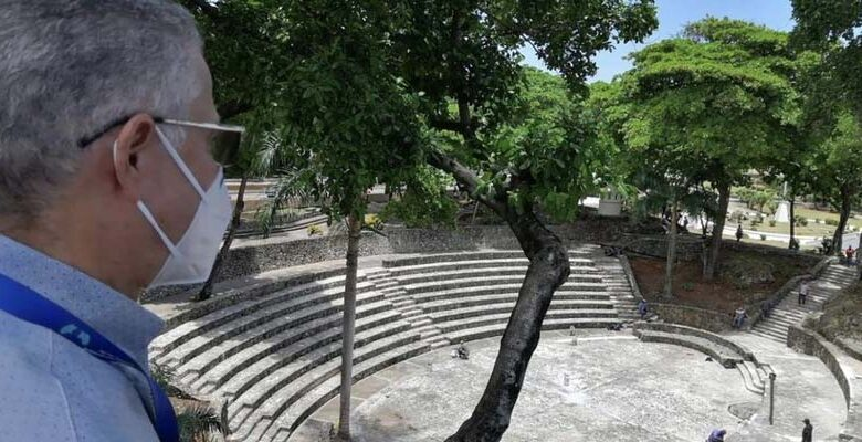 Manuel Jiménez observa el anfiteatro que consgtruyó Joaquín Balaguer en su gobierno de los 12 años.