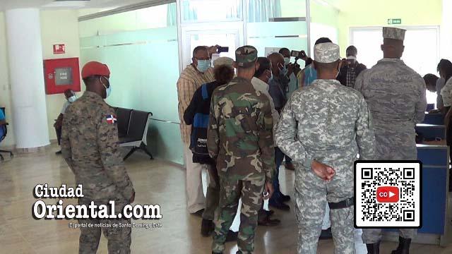 Solados de la FARD rodean a la comisión que ingresó al Palacio Municipal a entregar la solicitud de renuncia