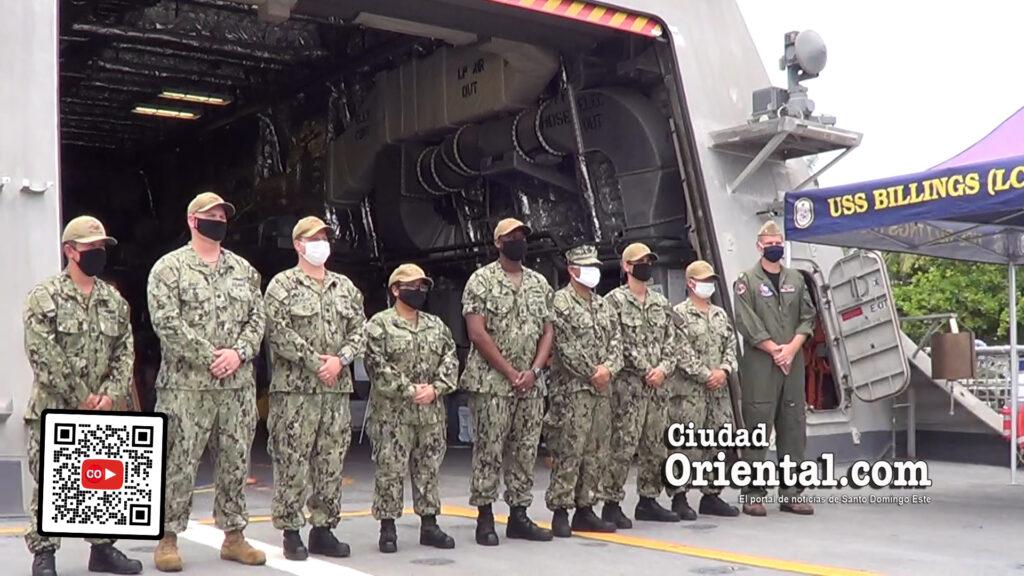 Parte del personal del USS Bilings, de la Armada de los EE-UU al finalizar el recorrido